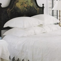 A contrasting bed head creates a striking focal point. Picture from Pinterest