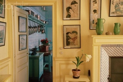 Monet's yellow dining room and blue kitchen in Girvany